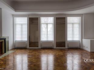 Deze kantoorruimte is gelegen op het verhoogde gelijkvloers. De ruimte bestaat uit een kantoorruimte met open keuken, een badkamer met toilet, een ber
