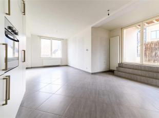 Dit prachtige appartement is gelegen op de 2de verdieping en is te bereiken via de trap of lift. Via de inkomhal komt u in de riante leefruimte met op