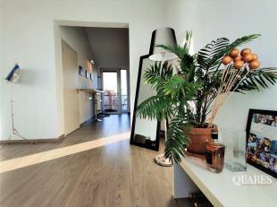 Het appartement is gelegen op de5de en hoogste verdieping en is bereikbaar met de lift. Vanuit de inkomhal hebt u toegang tot de leefruimte van maar l