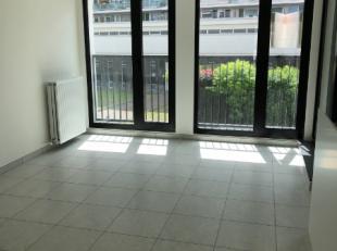 Op een top locatie, nabij het Nieuwe Zuid, stellen wij dit leuke appartement te huur. Het omvat een inkom met apart toilet, leefruimte met open keuken