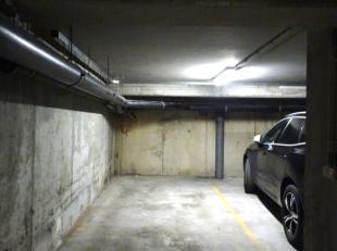 Overdekte autostaanplaats te huur, bereikbaar via autolift.