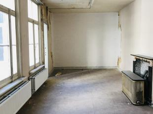 Achter de gevel van dit oud herenhuis bevinden zich 5 ateliers voor kunstenaars die een eigen plek zoeken. Het geheel is robust afgewerkt maar toch vo