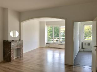 Recent gerenoveerd appartement op de tweede verdieping in een gebouw zonder lift. Ruime woonkamer met aparte keuken. Ruime inkomhal met apart toilet,