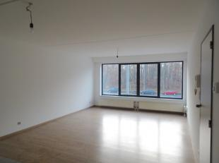 Eén slaapkamer appartement aan de voorzijde van het gebouw, bereikbaar via lift of trap. Indeling; inkomhal, ingerichte openkeuken en woonkamer