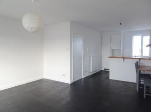 Appartement op de 3de verdieping in een gebouw zonder lift. Woonkamer met openkeuken deze is voorzien van een kookvuur en koelkast. Slaapkamer met ope