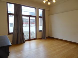 Appartement op de eerste verdieping in een gebouw zonder lift. Woonkamer, aparte keuken voorzien van keramisch kookvuur en koelkast. Badkamer met ligb