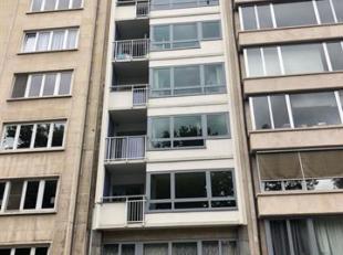 Instapklaar appartement met prachtig zicht op Stadspark.<br /> Indeling :<br /> Inkomhal : +/- 14 m², parket.<br /> Vestiaire : +/- 3 m², pa