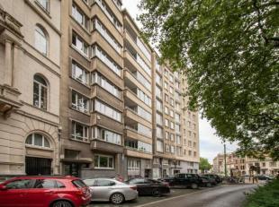 Gelijkvloers appartement met grote tuin.Indeling:Inkomhal met vestiaire, natuursteen: +/- 28 m².Afzonderlijk toilet met lavabo.Living : +/- 38 m&