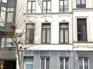 Mooi duplexappartement gelegen op het Antwerpse zuid.<br /> Indeling :<br /> Inkomhal : +/- 6m², plancher.<br /> Afzonderlijk toilet met handenwa