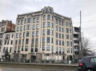 Mooi en zeer ruim appartement op centrale ligging, vlakbij openbaar vervoer en autosnelwegen. Het appartement is gelegen in een prachtig gebouw met mo