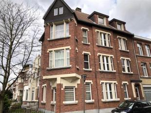 Mooi appartement in zeer charmant gebouw op leuke ligging in Deurne.<br /> Indeling van het appartement :<br /> inkomhal : +/- 10 m², plancher.<b