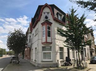 Mooi appartement op leuke ligging in Berchem.<br /> Indeling :<br /> Living : +/- 28 m², laminaat.<br /> Open ingerichte keuken voorzien van kast