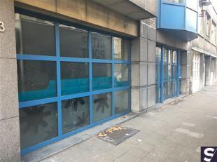 Polyvalente kantoorruimte van circa 450m² bestaande uit :<br /> Ontvangstruimte,  een 5-tal gesloten kantoren, een grote open werkplek, voldoende