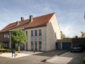 Instapklare HOB gelegen te Kontich kazerne op een grond van 350m². Deze woning werd gebouwd in het jaar 1995 en geeft een open en fris gevoel. Va