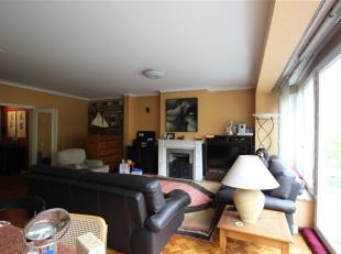 Zeer ruim en centraal gelegen, gemeubeld appartement met twee slaapkamers en twee badkamers. <br /> Indeling als volgt: Inkomhal met aansluitend een g