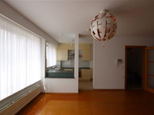 Een zeer ruime duplex met 4 slaapkamers en twee badkamers, op de tweede en derde verdieping.<br /> Het appartement is vrij centraal gelegen in het cen