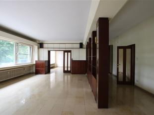 Schitterend riant appartement op het eerste verdieping van een authentiek gebouw van 1935.<br /> Het appartement is +- 280 m2 en gelegen aan het Prins