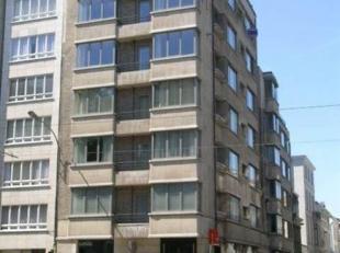 Zeer mooi en RUIM appartement (ca. 154m²)  gelegen op de 5de verd. van een art-deco gebouw. Ruime inkomhal met apart toilet en lavabo. Toegang na