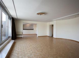 Prachtig luxe appartement gelegen aan de Groenplaats! Overal visgraat parket, grote inkomhal, living, eetkamer en nachthal. Living en eetkamer met toe