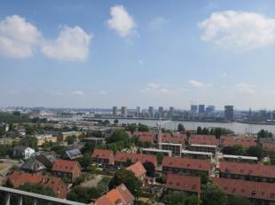Aangenaam appartement met sublieme zichten op de Schelde en de stad. Winkels, openbaar vervoer en strand op wandelafstand. IND: Inkomhal met vestiaire