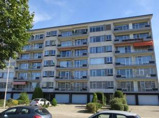 Aangenaam en goed gelegen appartement van ca 85 m². IND: Inkomhal met vestiaire; leefruimte met parketvloer en als verlengde het zuid west gerich