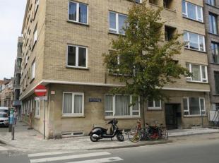Aangenaam en goed gelegen gelijkvloers appartement, tussen de Mechelsesteenweg en de Lange Lozanastraat. IND: Inkomhal; leefruimte; ingerichte keuken;
