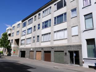 De autostaanplaats in overdekte parking is gelegen op het gelijkvloers van een appartementsgebouw. Deze is afgesloten door een slagboom en sectionale
