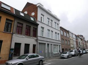 Het appartement op de eerste verdieping heeft een ruime leefruimte (7,2x3,7m) en keuken (2,8x2,4m) met een enkele lavabo, dampkap en keramische kookpl