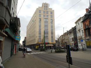 Dit commercieel gelijkvloers van bijna 65m² bevindt zich in een prachtig, centraal gelegen Art-Deco gebouw van 1930 in de Lange Leemstraat. Het g