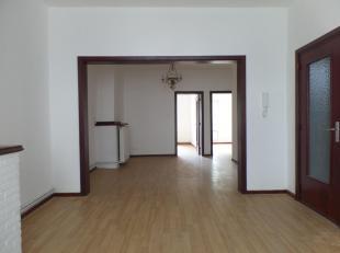 Dit super rustig gelegen appartement met prachtig zicht op de tuinen geniet een ruime woonkamer op laminaat en vernieuwde keuken dewelke beschikt over