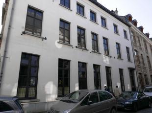 Deze charmant woning is ingedeeld in meerdere units en bevindt zich in het historische centrum van Antwerpen. Men komt binnen via de betegelde inkomha