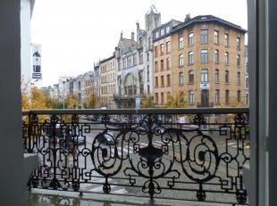 Op de eerste verdieping in een achttiende-eeuws gebouw met haar charmes hebben we een geweldig appartement te huur. Via de inkomhal kan men door naar