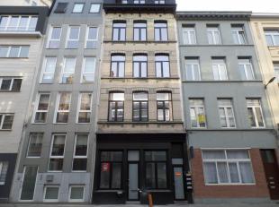 Dit gebouw bestaat uit een commercieel gelijkvloers en 4 identieke appartementen welke de volgende indeling hebben:<br /> Via de inkomhal kan men naar
