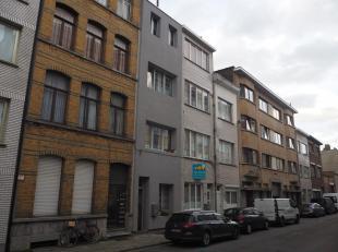 Op het gelijkvloers vinden we het eerste appartement van +- 60m² met geïnstalleerde keuken, badkamer en 1 slaapkamer. Achteraan ligt een L-v