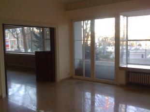 met een opp. van +- 280 m2 en gelegen op de 1ste verdieping en bestaat uit een inkomhall met wc + handwasser, zeer ruime living / salon met veel licht