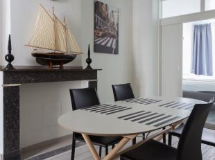 Zeer mooi volledig gerenoveerd gemeubeld éénslaapkamer appartement gelegen op de 2de verdieping van een charmant Antwerps herenhuis.<br