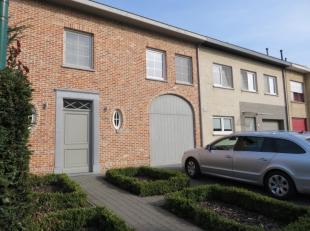Mooie en functionele woning met 3, eventueel 4, slaapkamers, inpandige garage, terras en tuin. De woning heeft een inkomhal met vestiaire ruimte en ga