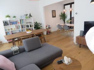 Knap gemeubeld duplex 2 slaapkamerappartement gelegen op de 2de en 3de verdieping van een Antwerpse stadswoning. Het appartement bestaat op de 2de ver