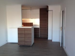 Volledig vernieuwd appartement met 2 slaapkamers gelegen op de 3de verdieping. Inkomhal met gasten toilet. Woonkamer op laminaat met open ingerichte k