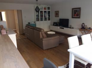 Aangenaam luxueus gemeubeld appartement met 2 slaapkamers en autostaanplaats gelegen in Berchem binnen de ring, vlakbij het Harmoniepark. Ideaal dus v