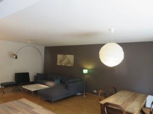 Comfortabel gemeubeld 2 slaapkamer appartement met terras en garagebox in het gebouw. Het appartement bestaat uit een inkomhal met gastentoilet. Woonk