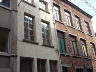 Uitermate charmante volledig gerenoveerde trapgevelwoning in hart Antwerpen oude stad. De woning heeft op het gelijkvloers een inkomhal waar eventueel