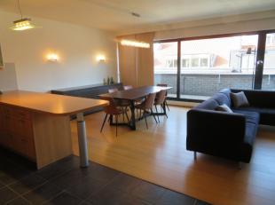 Zeer mooi comfortabel gemeubeld 2 slaapkamer dakappartement met terras en ondergrondse autostaanplaats in hartje Antwerpen Zuid. Het appartement besta