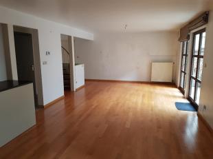 00Gerenoveerd, rustig gelegen duplex-appartement van +/-106m², gelegen op GV en 1ste verdieping  van de geklasseerde residentie De Brandhaeck. Ve