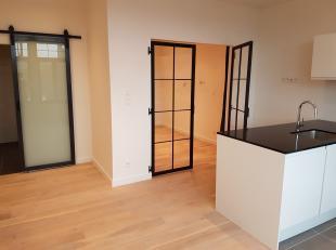 Zeer gezellig, totaal vernieuwd appartement van +/-50m² gelegen op 3de verdieping in rustige straat tegen Zurenborg. Leefruimte op mooie houten v