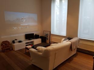 Tof,  gerenoveerd appartement van +/-65m² gelegen op 1ste verdieping. Woonkamer met zithoek en eethoek. Open keuken met kasten en toestellen: koe