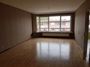 Zeer verzorgd appartement, gelegen in rustige woonbuurt, op 2de verdieping rechts. Inkomhall op stenen vloer, met  vestiaireruimte. Living op vinyl me