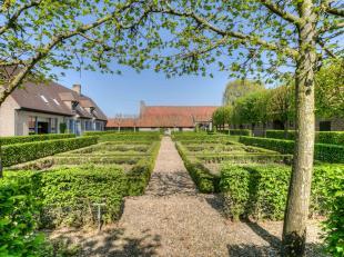 Dit prachtig en statig landhuis met authentieke bijgebouwen kan u bereiken via een aparte privé oprijlaan en kijkt langs alle zijden uit op de