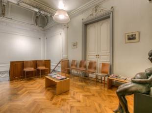 Dit prachtige herenhuis op toplocatie in Gent biedt diverse kantoorruimtes met een bruikbaar vloeroppervlak van maar liefst 330 m² verdeeld over