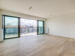 Dit ruime appartement, gelegen op het derde verdiep, heeft een lichtrijke leefruimte met open ingerichte keuken. Vooraan is er een frontaal zicht op d